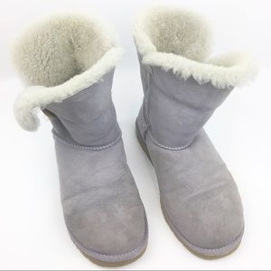 UGG boots. AUTH. Bailey button up. Light purple.